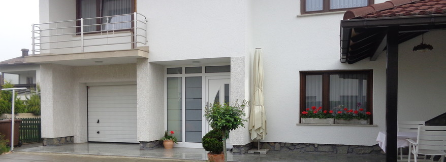 very nice arranged and maintained split-level residential house
